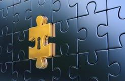 Ultima parte dorata del puzzle metallico con il buco della serratura Fotografia Stock