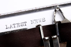 ULTIME NOTIZIE scritte sulla macchina da scrivere fotografia stock libera da diritti