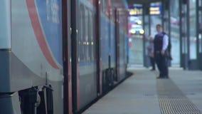 Ultimi passeggeri che corrono al treno, disciplina di controllo del conduttore, rallentatore video d archivio