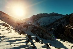 Ultimi raggi del sole snowly su un picco di montagna Immagine Stock Libera da Diritti