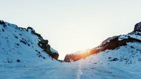 Ultimi raggi del sole snowly su un picco di montagna Immagini Stock Libere da Diritti