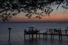 Ultimi raggi di luce solare sopra il fiume Immagine Stock Libera da Diritti