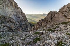 Ultimi raggi di sole sulla valle alpina Fotografie Stock Libere da Diritti