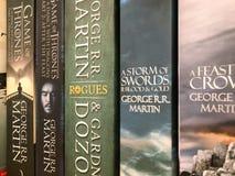 Ultimi romanzi inglesi di fantasia da vendere nel deposito di libro delle biblioteche fotografia stock libera da diritti