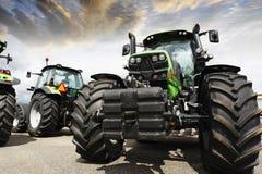 Ultimo allineamento dei trattori agricoli Immagini Stock