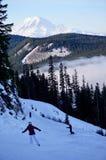 Ultimo funzionamento del giorno: Sciatori & Snowboarders & Mt Più piovoso visto dal passaggio bianco, WA immagini stock libere da diritti