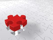 Ultimo pezzo di puzzle che scende sul fondo bianco, concetto del puzzle Fotografie Stock