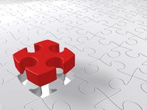 Ultimo pezzo di puzzle che scende sul fondo bianco, concetto del puzzle Fotografie Stock Libere da Diritti