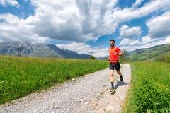 Ultra bereitet sich Hinterläuferathlet auf einen Schotterweg vor lizenzfreie stockfotos