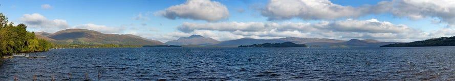 Ultra bred panorama av Loch Lomond, Skottland royaltyfri fotografi