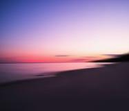 Ultra duidelijke horizontale zonsondergang op de epische rug van het meerlandschap Royalty-vrije Stock Foto