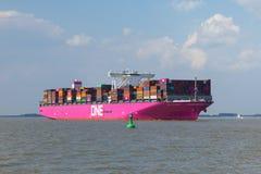 Ultra-grand Columba du navire porte-conteneurs UN sur l'Elbe photos stock