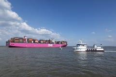 Ultra-grand Columba du navire porte-conteneurs UN sur l'Elbe photographie stock
