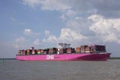 Ultra-grand Columba du navire porte-conteneurs UN sur l'Elbe images stock