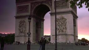 ULTRA HD 4K, czas rzeczywisty, zbliża; zmierzch z łukiem De Triomphe z ruchów drogowych samochodami zdjęcie wideo