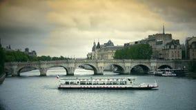 ULTRA HD 4k, real-time, Frankrike, Paris, invallning av floden Seine och Pont Neuf i Paris arkivfilmer