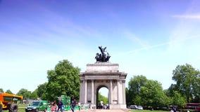 ULTRA HD 4k, tempo real, pessoa que anda perto do Buckingham Palace, em Londres video estoque