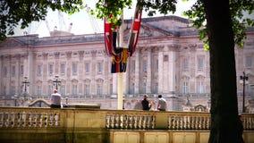 ULTRA HD 4k, tempo real, pessoa que anda perto do Buckingham Palace, em Londres filme