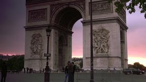 ULTRA HD 4K, tempo reale, zumante; tramonto con Arc de Triomphe con le automobili di traffico video d archivio