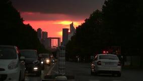 ULTRA HD 4K, tiempo real, enfocando; Defensa del La, un distrito financiero importante de París, durante puesta del sol almacen de metraje de vídeo