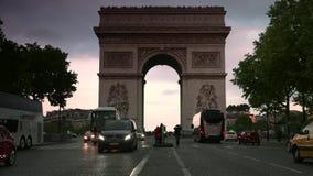 ULTRA HD 4K, tiempo real, enfocando; puesta del sol con Arc de Triomphe con los coches del tráfico metrajes