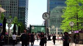 ULTRA HD 4k, tiempo real, hombres de negocios que van a trabajar en Canary Wharf en Londres