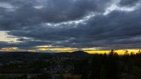 Ultra hochauflösender timelapse 4k Film von stürmischen Wolken über Wohnheimen im glücklichen Tal Oregon vom Sonnenuntergang int stock video footage