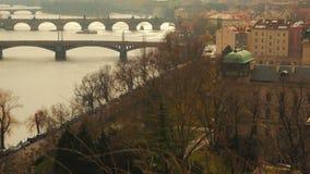 Ultra langsames Pan des die Moldau-Flusses und Brücken in Prag, Tschechische Republik (Czechia) stock video footage