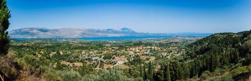 Ultra largamente vista panormaic della città idilliaca della valle con i tetti rossi sull'isola mediterranea Oliveti, cipressi e fotografia stock libera da diritti