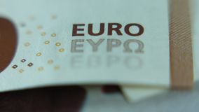 Ultra macro, ciérrese para arriba del billete de banco euro, foco en muestra EURO de EYPO metrajes