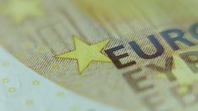 Ultra macro, ciérrese para arriba del billete de banco euro, foco en muestra EURO de EYPO Tiroteo de la mano metrajes