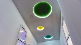 Ultra modernt, inredesign, garnering, design som mång--färgas, lampor royaltyfria foton