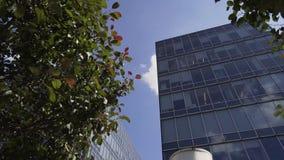 Ultra nuevo bloque urbano con los edificios altos con la fachada y los balcones de cristal almacen de video