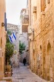 Ultra Orthodoxe Joodse mens die in Joods Kwart van Jeruzalem, Israël lopen stock afbeelding