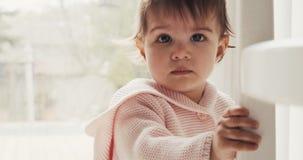Ultra poważna dziewczynka gapi się w kamerę zdjęcie wideo