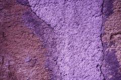 Ultra purpurowa tynku betonu tekstura, kamień powierzchnia, kołysa krakingowego tło dla pocztówki Fotografia Royalty Free