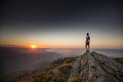 Ultra Traill-Läufer bei Sonnenaufgang am Berg lizenzfreie stockfotografie