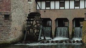 Ultra vídeo de HD del watermill de madera conducido por la corriente del río que cae