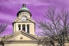 Ultra Violet Sky Decorah, torre della cupola dell'orologio dello Iowa Courthourse immagini stock libere da diritti