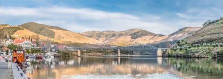 Ultra vista panor?mica do rio Douro com a baixa de Pinhao e o porto com barcos recreacionais e lazer para o turismo, vinho do Por foto de stock royalty free