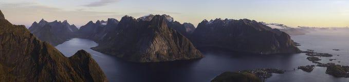 Ultra-weites Panorama Reinebringen bei Sonnenaufgang - Lofoten, Norwegen stockfotografie