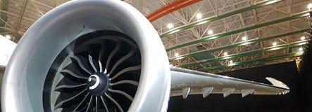 Ultra Weitwinkelschuß der leistungsfähigen enormen Flugzeugmaschine mit gefaltetem Flügel lizenzfreies stockfoto