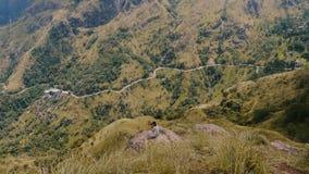 Ultra wijd neemt de toneel geschotene, vrouwelijke fotograaf foto's van episch adembenemend panorama van bergweg Sri Lanka stock videobeelden