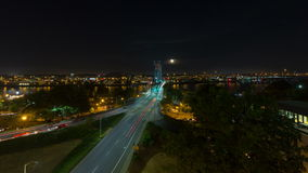 Ultra Wysoki definici 4k czasu upływ Długiego ujawnienia Auto światła ruchu Wlec na Hawthorne moscie w Portland przy nocą LUB zbiory