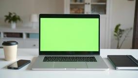 Ultrabook con uno schermo verde video d archivio