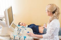 Ultradźwięk próbna brzemienność Gynecologist sprawdza płodowego życie z przeszukiwaczem egzamin obraz stock