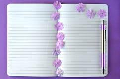 Ultrafioletowy flatlay kobiecy materiały, notatnika, pióra i lawendy floks, kwitnie z kopii przestrzenią Obrazy Royalty Free