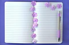 Ultrafioletowy flatlay kobiecy materiały, notatnika, pióra i lawendy floks, kwitnie z kopii przestrzenią Zdjęcie Royalty Free