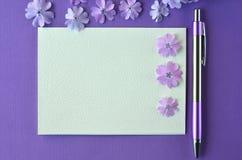 Ultrafioletowy flatlay kobiecy materiały, notatnika, pióra i lawendy floks, kwitnie z kopii przestrzenią Fotografia Stock