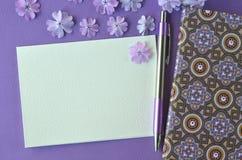 Ultrafioletowy flatlay kobiecy materiały, notatnika, pióra i lawendy floks, kwitnie z kopii przestrzenią Zdjęcia Stock
